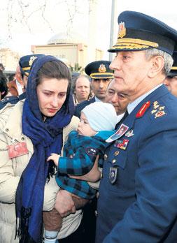 Hava Kuvvetleri Komutanı Orgeneral Akın Öztürk dün hayatını kaybeden asker ailelerine taziyelerini iletti