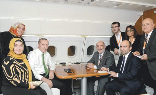 Sibel Eraslan, Erdoğan'ın başbakanlığı döneminde ATA uçağında. (Solda, ayakta)