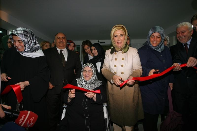 Sibel Eraslan, TÜRGEV'e devredilen Ümraniye Şule Yüksel Şenler Kız Yurdu'nun açılışını Emine Erdoğan'la birlikte yaparken