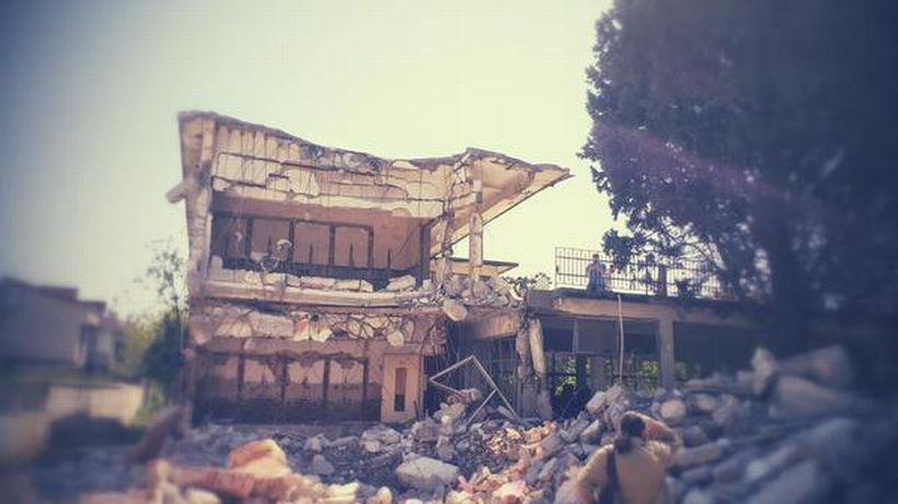 Arazisi üzerinde villalar yapılması planlanan Kamp Armen'in yıkımına çarşamba günü başlandı. Tepkiler üzerine yıkıma ara verildi