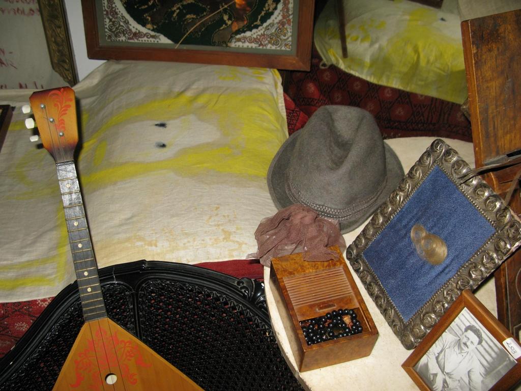 Berksoy'un odasında Nâzım Hikmet'in saçı, kravatı, Moskova'daki kabrinden alınan toprak
