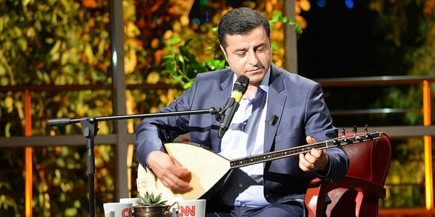 Erdoğan, Cumhurbaşkanı olarak düzenlediği mitinglerde AKP'ye oy isterken, CNN Türk'te Ahmet Hakan'ın isteği üzerine saz  çalıp türkü söyleyen Demirtaş için, 'pop star' ifadesini kullanarak, 'HPD'nin eş genel başkanını eline saz tutuşturarak bar sanatçısı havasında pazarlıyorlar' demişti