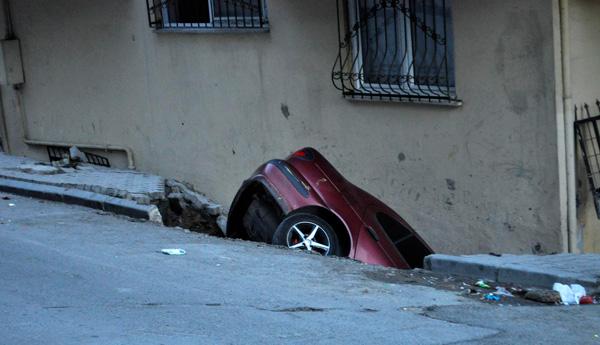 Bir otomobil çukura düştü