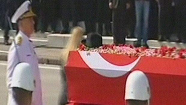 Doktoru Aylin Cesur, Süleyman Demirel'in fötr şapkasını tabutun üzerine bıraktı.