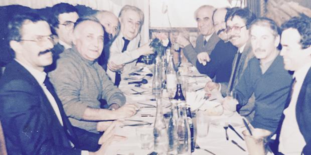 Okay Gönensin, Cüneyt Arcayürek, Hasan Cemal, Yalçın Doğan, Oktay Akbal, Sami Karaören, Ali Sirmen, Hikmet Çetinkaya, İlhan Selçuk, Yalçın Bayer (Soldan sağa. Kumkapı'da Balıkçı Fırat'ın yerinde. 6 Şubat 1987)