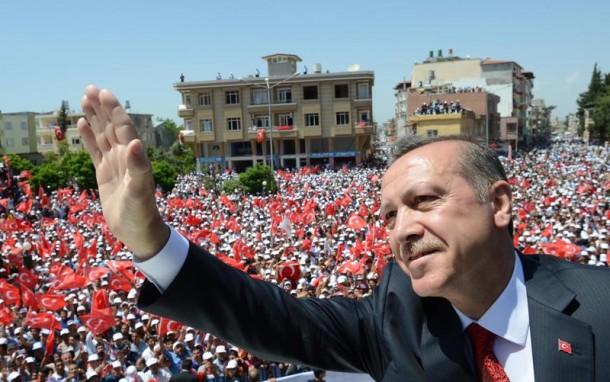 AKP'nin seçim kampanyasında öne çıkan isim Cumhurbaşkanlığı koltuğunda oturan Erdoğan oldu. Erdoğan AKP'ye oy isterken muhalefet partilerini hedef aldı