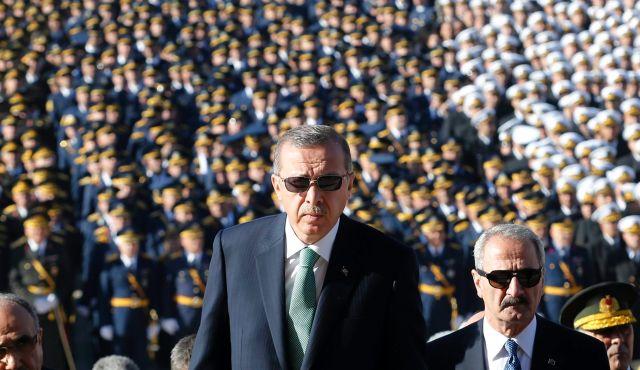 """Erdoğan, 2008'de Ergenekon soruşturmasıyla ilgili olarak """"Ben bu davanın savcısıyım"""" demişti. Ancak Erdoğan, 17-25 Aralık operasyonlarının ardından Gülen cemaatinin 'milli orduya kumpas kurduğu' iddiası eşliğinde fikir değiştirdi"""