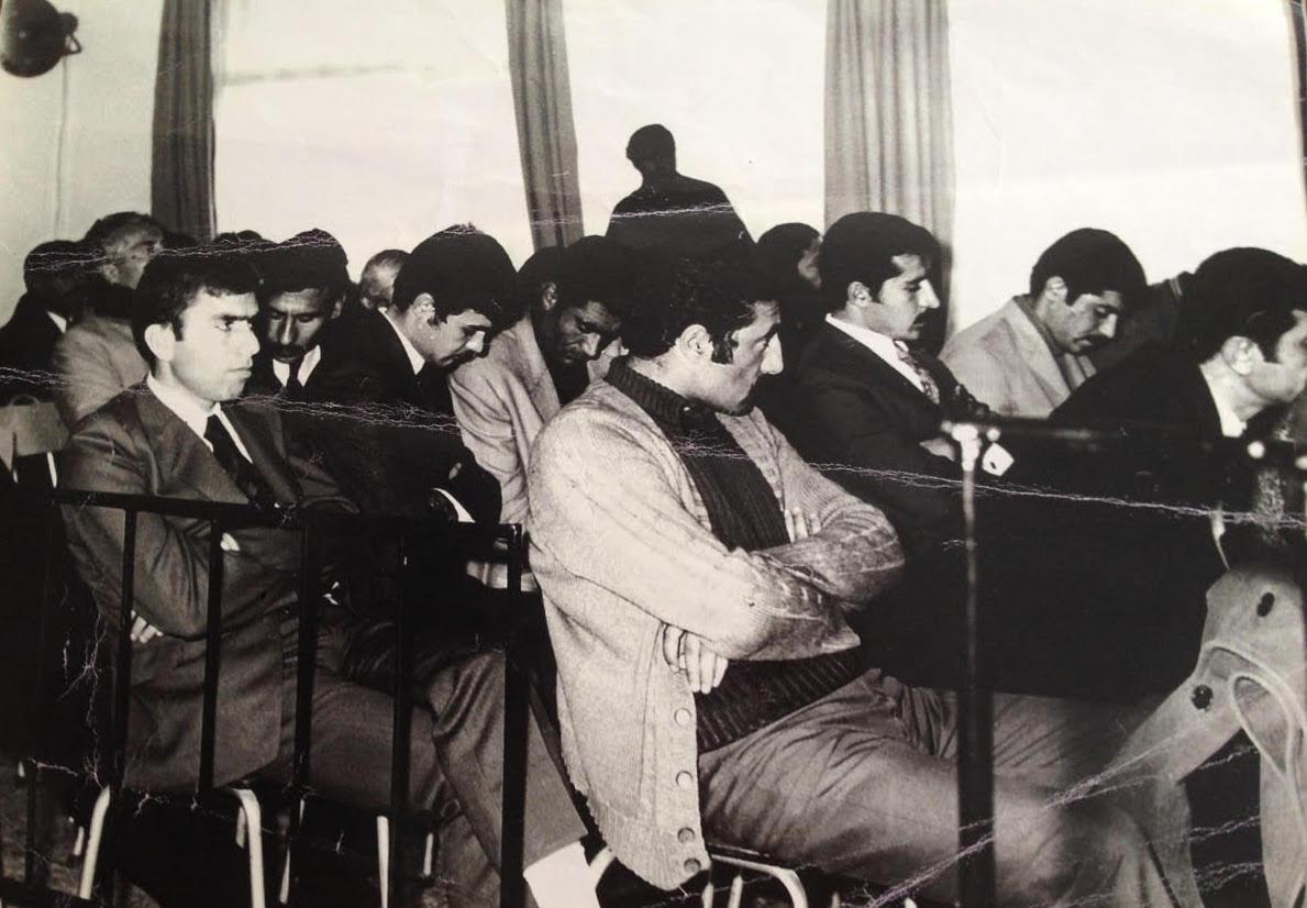1971-72 Diyarbekir DDKO davasından bir kare; açık renk hırkalı Faruk Aras (yaşıyor), yanındaki kravatlı Ankara DDKO Başkanı Yümnü Budak, Budak'ın yanında İbrahim Güçlü (yaşıyor), Aras'ın arkasındaki Hasan Acar, solunda Ferit Uzun, İsa Geçit, Uzun ile Acar arasında Mehmet Emin Bozaslan (yaşıyor), Bozaslan'ın arkasında Musa Anter