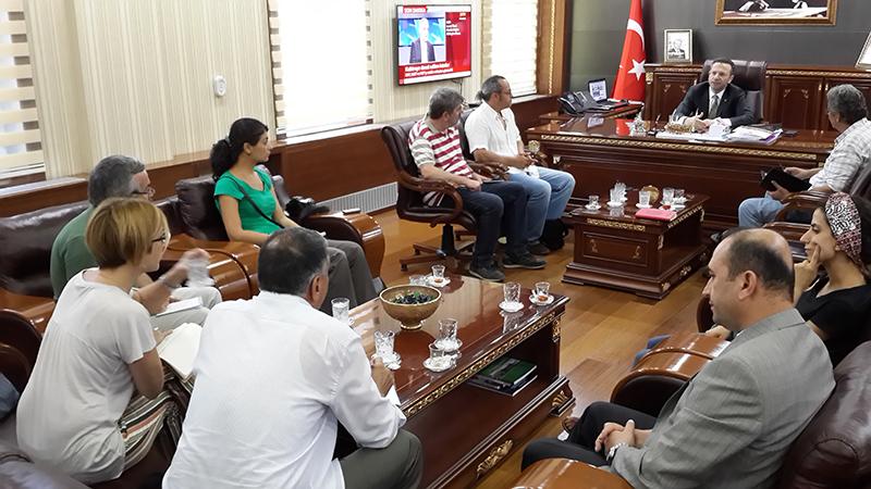 Diyarbakır Valisi Aksoy ile gazeteciler heyeti görüsürken
