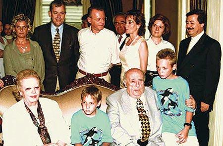 Cavit Çağlar (en sada) Süleyman Demirel'in aile fotoğrafında