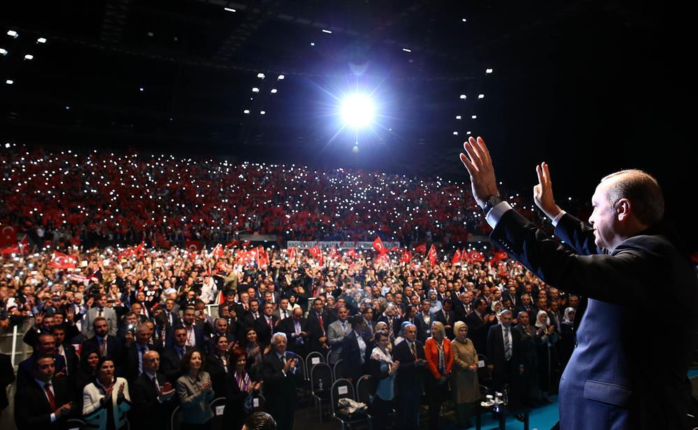 """Erdoğan,Strasbourg'da düzenlenen 'Milyonlarca Nefes Teröre Karşı Tek Ses' mitinginde Avrupa'nın mülteci krizindeki tutumunu, """"Ey Avrupa, İnsan Hakları Beyannamesi'ni hiç okumadınız mı' sözleriyle eleştirdi"""