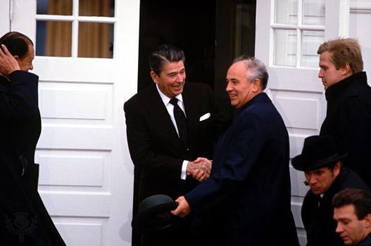 1991'de dağılmasıyla soğuk savaş dönemini noktalayan Sovyet Sosyalist Cumhuriyetler Birliği'nin son devlet başkanı Mihail Gorbaçov (solda) ile dönemin ABD Başkanı Ronald Reagan