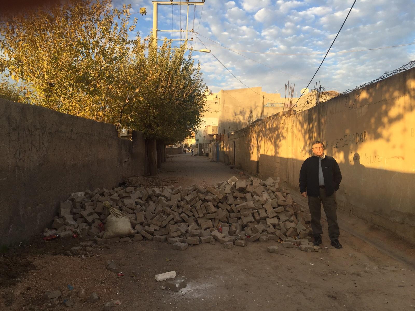 Nusaybin'in bazı ara sokaklarında sokağa çıkma yasağından geriye hendeklerin kalıntıları kalmış