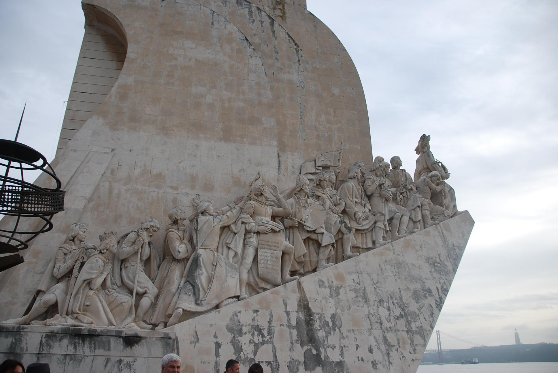 Lizbon'da, okyanus kıyısındaki dev heykel