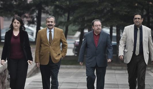 Üyeleri zaman zaman değişen İmralı heyetinden: TBMM Başkanvekili Pervin Buldan, Heyet Sözcüsü Sırrı Süreyya Önder, Demokratik Toplum Kongresi Eşbaşkanı Hatip Dicle, HDP Grup Başkanvekili İdris Baluken