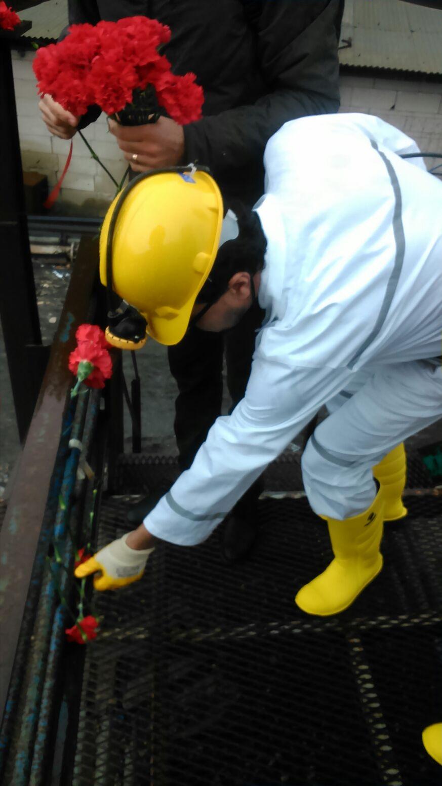 ÇHD Genel Başkanı Selçuk Kozağaçlı madenin girişine karanfil bıraktı