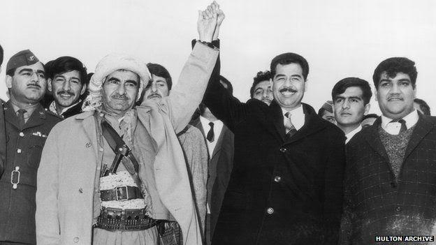 Sene 1970. KDP (Kürdistan Demokrat Partisi) adına Molla Mustafa Barzani, BAAS (Yeniden Doğuş Arap Sosyalist Partisi) adına Saddam Hüseyin, Irak Kürdistanı'na özerklik öngören, ancak dört yıl sonra çökecek olan 11 Mart Deklarasyonu'na imza koyduktan sonra... (Fotoğraf: BBC)
