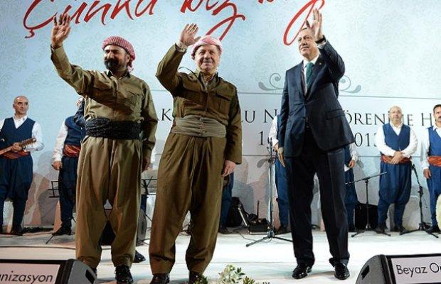 Diyarbakır, 17 Kasım 2013. Erdoğan, Diyarbakır'da misafir ettiği Kürdistan Bölgesel Yönetimi Başkanı Mesud Barzani ve Şivan Perwer ile sahnede. Ankara, uzun süre 'tehdit' olarak gördüğü Irak Kürdistan Yönetimi ile 2007 yılından itibaren yakın ilişki içine girdi