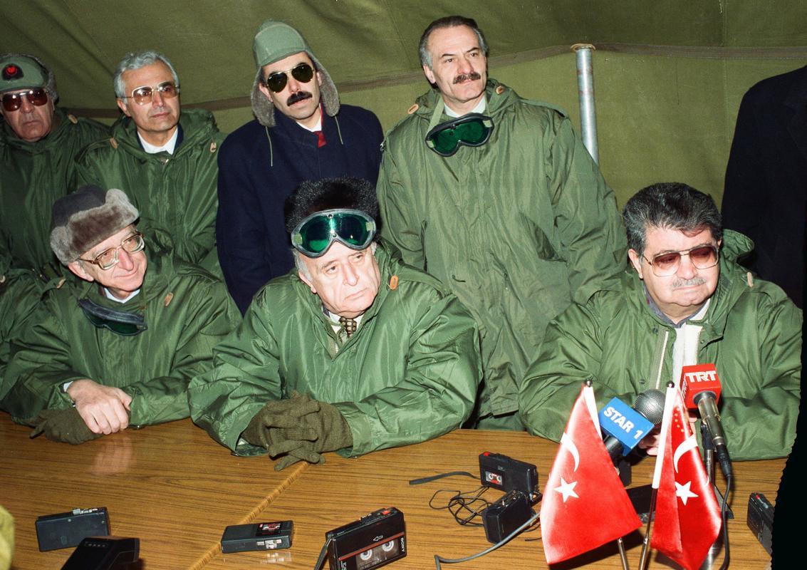 Başbakanlık'tan Köşk'e çıkan 8. Cumhurbaşkanı Turgut Özal da (ortada), Erdal İnönü (solda) liderliğindeki SHP ile kurduğu koalisyon hükümetinin başbakanlığını bırakarak 9. Cumhurbaşkanı seçilen Süleyman Demirel de, kurdukları partilere hakim olmakta güçlük çektiler, atadıkları başbakanlarla ters düştüler