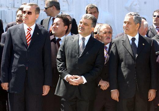 14 Ağustos 2001'de AKP'yi kuran çekirdek ekibi oluşturan Erdoğan ile Gül ve Arınç (soldan sağa) bugün karşı karşıya...