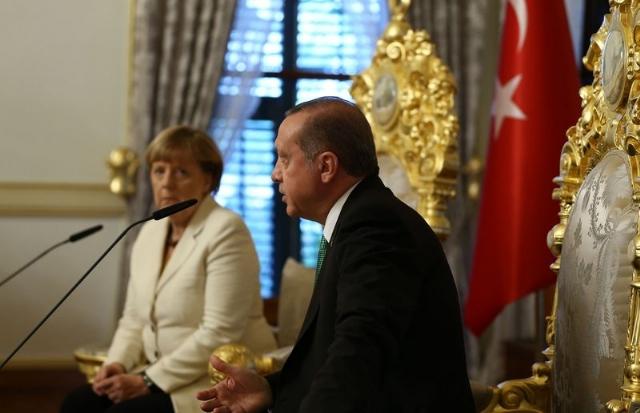Almanya Başbakanı Merkel, Erdoğan şiiri nedeniyle komedyen Böhmermann hakkında soruşturma açılmasına izin verdiğini açıklarken Alman Ceza Yasası'nın ilgili 103. maddesinin kaldırılması için bu yıl girişimde bulunacaklarını da belirtti