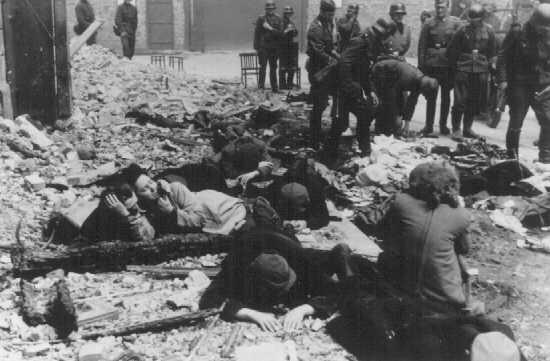 Alman askerleri, Varşova gettosu ayaklanması sırasında bir sığınakta saklanan Yahudileri yakalıyor. Varşova, Polonya, Nisan-Mayıs 1943