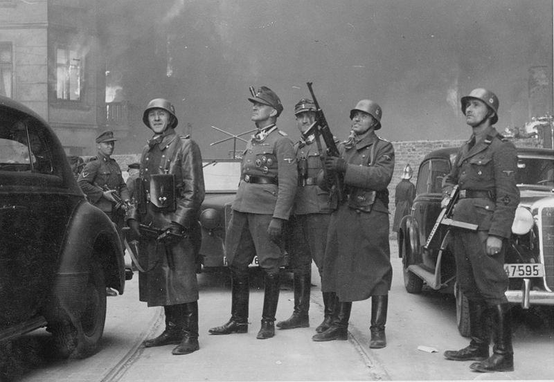 Bastırma operasyonunu yöneten Waffen-SS Tümgeneral Jürgen Stroop (ortada)