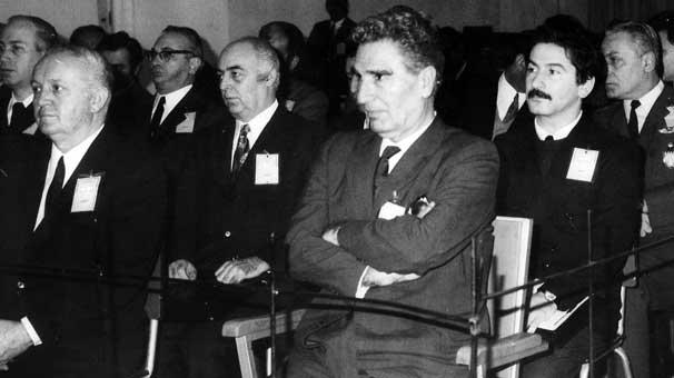 12 Mart 1971 muhtırasından yaklaşık iki yıl sonra açılan '9 Mart darbe girişimi' davasında beraat eden emekli korgeneral Cemal Madanoğlu (sağda) ile aynı iddiayla Ziverbey Köşkü'nde işkenceli sorgulardan geçirildikten yaklaşık 30 yıl sonra Ergenekon soruşturmasında gözaltına alınan İlhan Selçuk (Madanoğlu'nun arkasında)