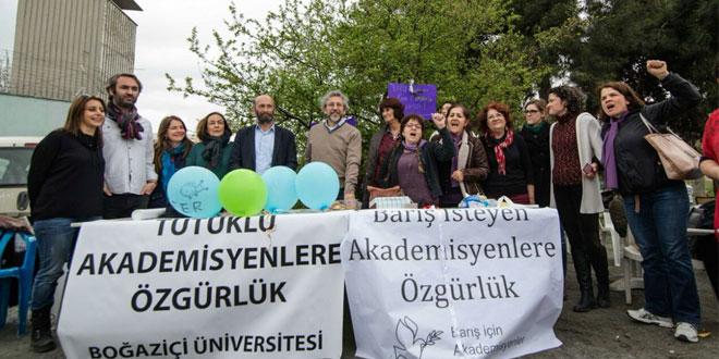 Dündar ve Gül tutuklu akademisyenler için özgürlük nöbetinde