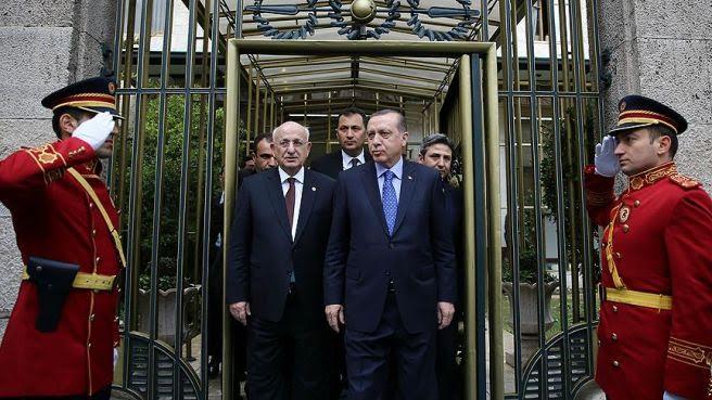 TBMM Başkanı Kahraman, 25 Nisan'da konuşmacısı olduğu Yeni Türkiye ve Yeni Anayasa konferansında '82 de, 61 anayasası da dindar anayasalardır. Resmi tatiller, Kurban ve Ramazan bayramlarıdır. Din dersleri mecburidir, inanca dayalı bir yapısı vardır. Laiklik tarifi de ona göre olmalıdır. Laiklik bir kere yeni anayasada olmamalıdır' dedi