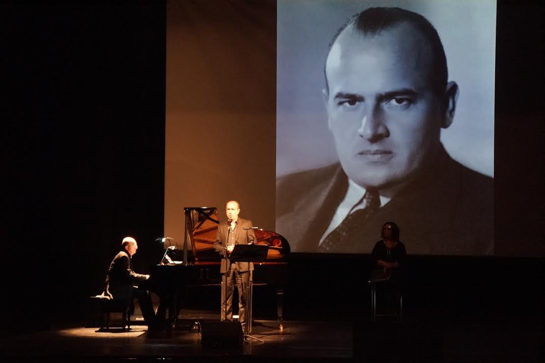 İyiliğin ve kötülüğün şarkısı, sahne performansında Bas bariton Laurent Naouri konuşmaların konusuna göre Ravel'den Bach'a hatta Misraki'den Leonard Cohen'e Guillaume de Chassy'nin piyansu eşliğinde