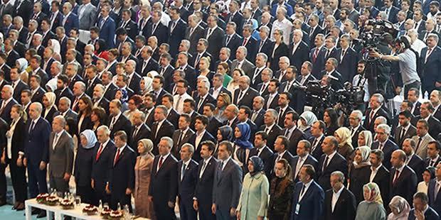 AKP'liler Cumhurbaşkanı Tayyip Erdoğan'ın kurultay mesajını ayakta dinledi