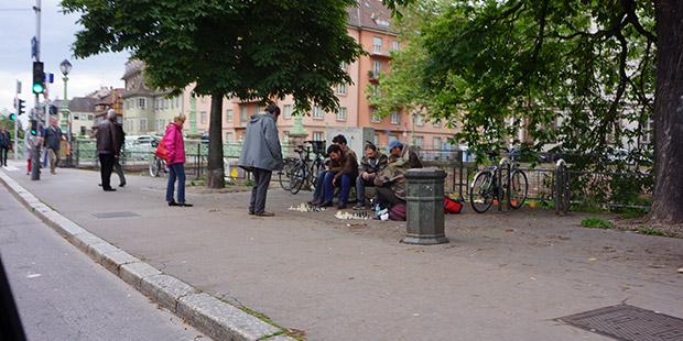 Clochard derler Fransızca, evsiz, barksız, hiç bir sosyal güvenliği olmayan, sokakta yatıp kalkan şarapçılara... Strasbourg sokaklarının bu müdavimleri satranç oynuyorlar