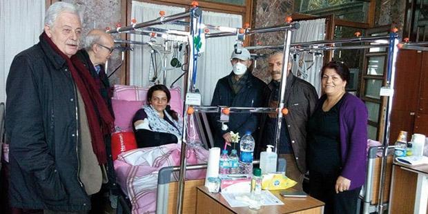 Türkiye Gazeteciler Cemiyeti Başkanı Turgay Olcayto (soldan ikinci), Başkan Yardımcısı Recep Yaşar ve TGC Yönetim Kurulu Niyazi Kalyoncu, Baltalimanı'nda 15. ameliyatından önce Sibel Çapraz'ı ziyaret etti