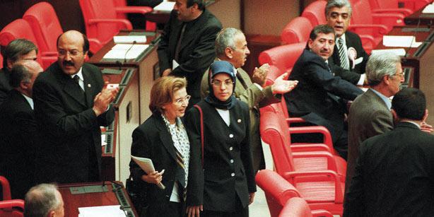 18 Nisan 1999 seçimlerinde FP milletvekili olarak parlamentoya giren Merve Kavakçı'ya, başörtülü olduğu için yemin ettirilmedi. Daha sonra vatandaşlığı düşürülerek milletvekilliği sona erdirilen Kavakçı'nın en büyük destekçisi o sırada FP milletvekili olan Nazlı Ilıcak'tı