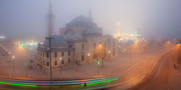 """Tanpınar, Konya için şöyle der: """"Bir başkent, daima başkent kalır. Ne kadar susturulursa susturulsun yine konuşur."""" Şehrin Selçuklu başkentliğinden kalma Mevlâna Dergâhı ve Osmanlı'nın dergâhın yanına kondurduğu Selimiye Camisi onun kadim mazisini anlatmaya devam ediyor."""