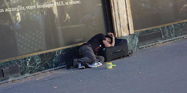 Paris, Ağustos, Madlaine Meydanı'nda şık bir evin önü