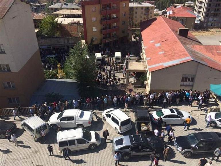 Saldırının ardından vatandaşlar hastanenin önünde böyle bekledi