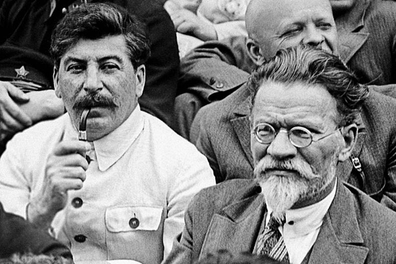Josef Stalin (Solda) - Mihail Kalinin (Sağda)