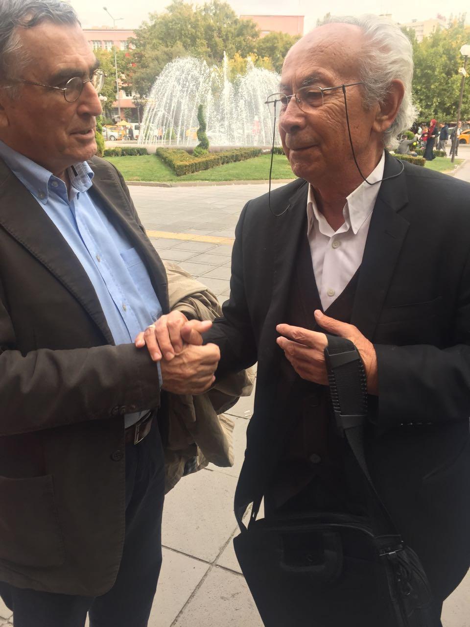 Hasan Cemal ile Fikret Başkaya, 40 yıl sonra Ankara Adliyesi önünde birlikte...