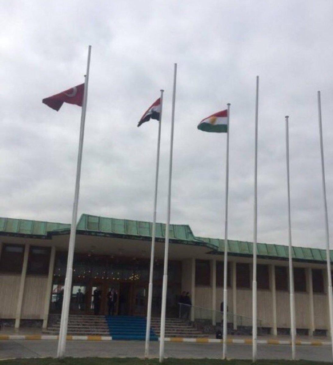 İstanbul'a gelen Barzani için Atatürk Havalimanı'nda göndere Kürdistan bayrağı çekildi