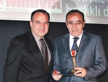 Hürriyet'te halef-selef olan Sedat Ergin (solda) ve Fikret Bila, Türkiye Gazeteciler Cemiyeti'nin ödül töreninde