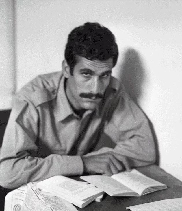 İdam edildiği gün, avukatı Halit Çelenk'e, ailesine son mektubunu yazdırdığı masanın üstünde duran filtreli sigara paketini açıklıyor.