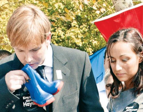 Alistair'ın acılı anne ve babası, bireysel silahlanmaya karşı 'Sessiz Ayakkabılar Yürüyüşü'ne de katılmıştı.