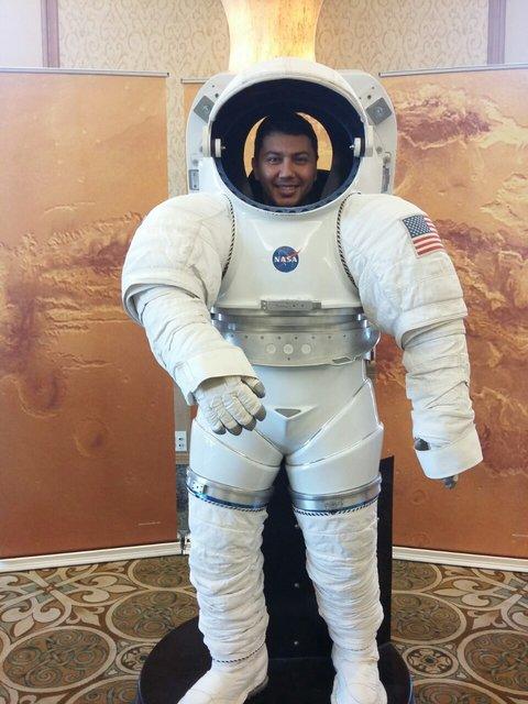 Serkan Gölge 3 yıldır NASA'da çalışıyor. Bu fotoğraf, eşi Kübra tarafından NASA ziyaretçi merkezinde çekildi.
