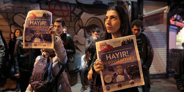 YSK'nın mühürsüz pusula ve zarflarla ilgili kararı İstanbul, Ankara ve İzmir başta birçok kentte protesto ediliyor