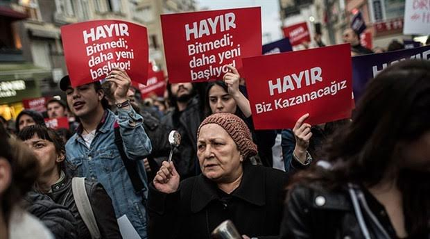 Referandumda aldığı 'mühürsüz zarf ve pusula' kararıyla tartışma konusu olan YSK, İstanbul'un çeşitli ilçelerinde protesto ediliyor