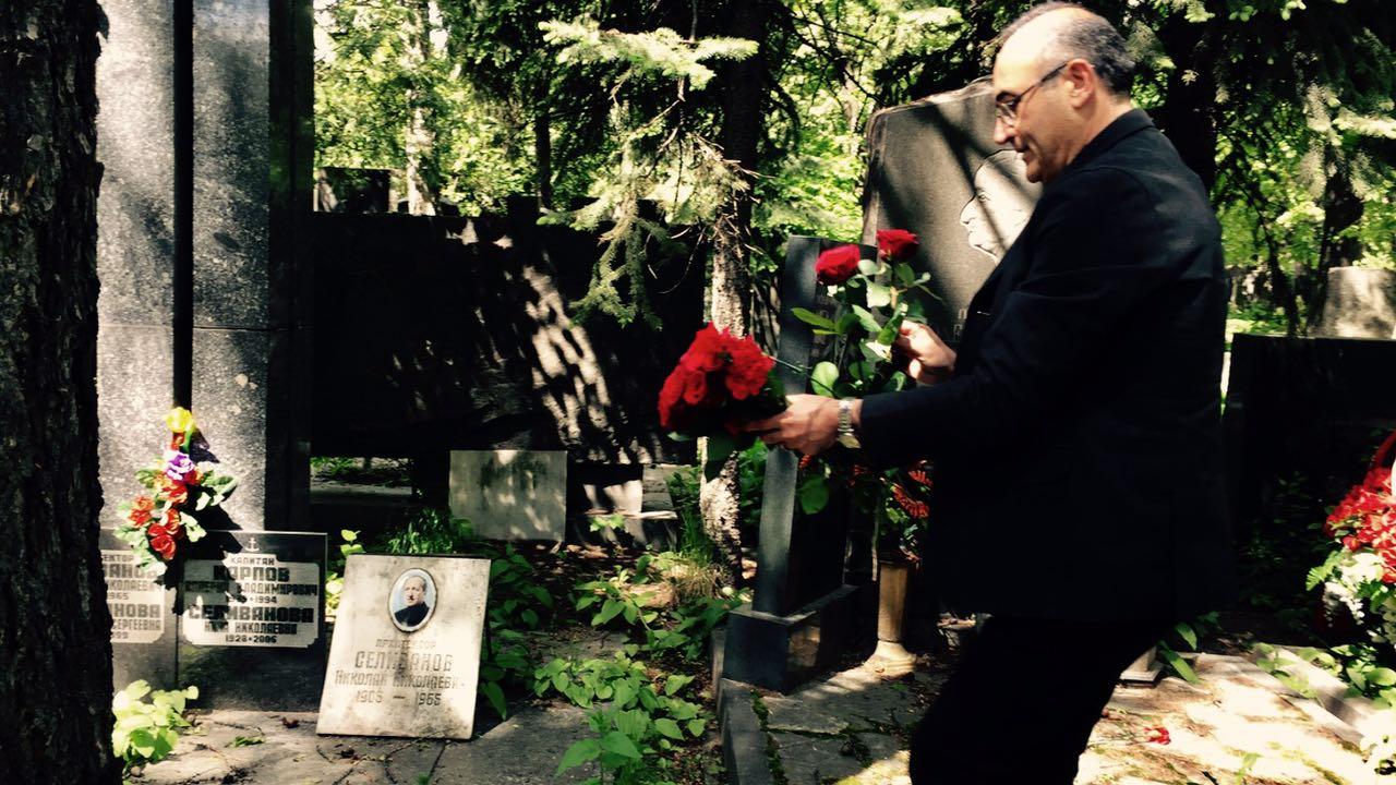Şair Sunay Akın, Nâzım'ın mezarındaki karanfillerin bir bölümünü civardaki mezarlara bıraktı