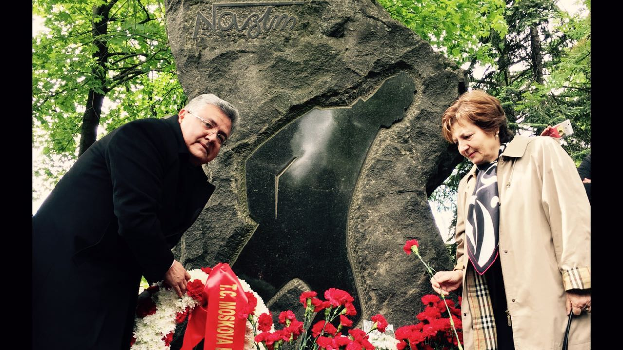Türkiye'nin Moskova Büyükelçisi Hüseyin Diriöz, eşi  Sibel Diriöz'le birlikte Nazım Hikmet'in mezarına çiçek bıraktı