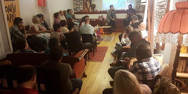 Öğrenciler, Komşu Kapısı Maçka Dayanışma Derneği'nin salonunda Bayraktar'ı dinliyor